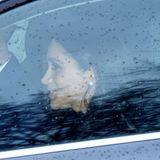 Es weihnachtet auch bei den britischen Royals! Anlässlich des bevorstehenden Festes lud Queen Elizabeth zum vorweihnachtlichen Lunch in den Buckingham Palast ein. Auch Herzogin Meghan und Prinz Harry dürfen bei diesem Event nicht fehlen und werden auf dem Weg zum Essen im Auto abgelichtet. Dabei stechen vor allem die Ohrringe der Herzogin ins Auge. Denn die Ohrstecker funkeln nicht nurschön, sondern sind für Meghan auch ganz besondere Schmuckstücke.