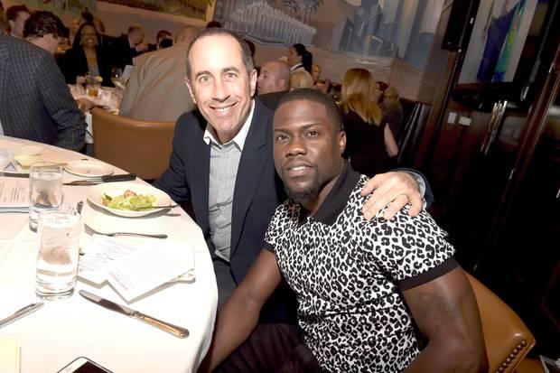 """Die Top US-Comedians Jerry Seinfeld (l.) und Kevin Hart haben einen Grund zum Essen gehen. Sie führen die """"Forbes""""-Liste der bestbezahltesten Komiker 2018 an."""