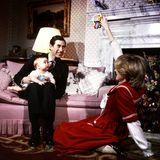 1982  Der kleine Prinz William sitzt auf dem Schoß seines Vaters Prinz Charles und schaut fasziniert auf das Spielzeug, das seine Mutter Prinzessin Diana hochhält.
