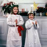 1984  Kronprinzessin Victoria und ihr kleiner Bruder Prinz Carl Philip haben sich als Sternsinger verkleidet.