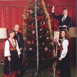 1996  Kronprinz Haakon und Prinzessin Märtha Louise schmücken mit ihren Eltern Königin Sonja undKönig Harald den Weihnachtsbaum.