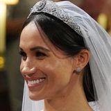 """Denn die funkelnden""""Galanterie de Cartier""""-Ohrringe aus Weißgold und Diamanten trug Meghan erstmals am Tag ihrer Hochzeit. Die Ohrstecker kosten schätzungsweise8.500 Euro und haben sicher einen ganz besonderen Platz in Meghans Herzen.Kein Wunder, dass sie sie für ihr zweites Weihnachten mit der Queen auswählt und ihrem festlichen Look damit noch einmal einen ganz besonderen Glanz verleiht."""