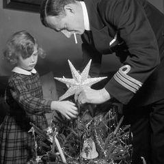 1940  Prinzessin Elisabeth von Dänemark schmückt mit ihrem Vater Prinz Knud den kleinen Christbaum.