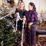 1992  Prinzessin Madeleine und Königin Silvia haben viel Spaß dabei, drei Tage vor Weihnachten gemeinsam den Tannenbaum zu schmücken.