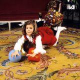 1982  Prinzessin Victoria und Prinz Carl Philip spielen mit ihren Weihnachtsgeschenken.