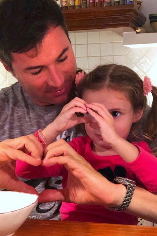 17. Dezember 2018  Papa Lucas Cordalis und seine süße Tochter senden Liebe an die Instagram-Fans.