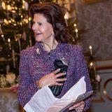 Beim Empfang im königlichen Schloss bekommt Königin Silvia Touchscreen-Handschuhe geschenkt.