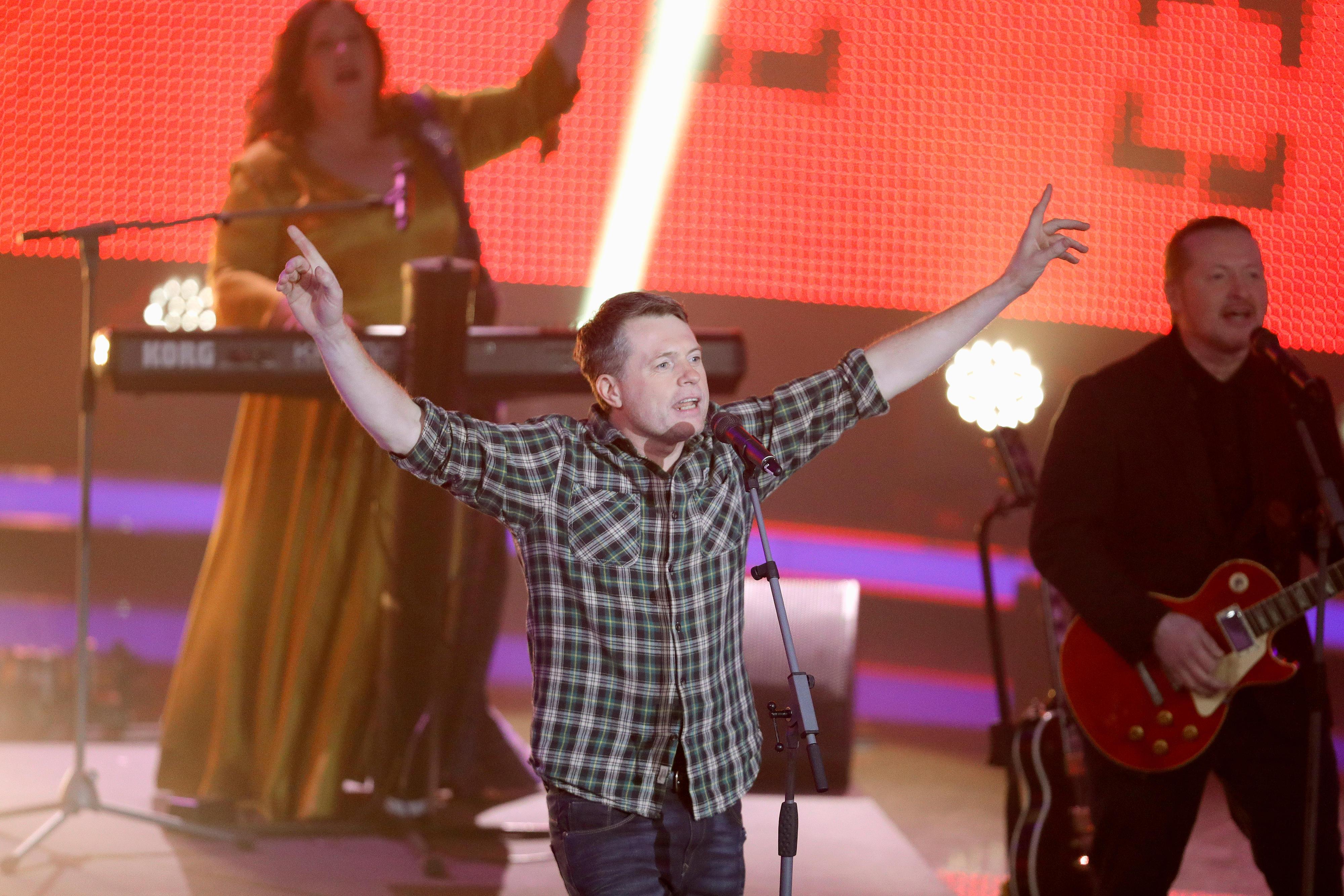 """Jimmy Kelly bei einem Auftritt mit der """"Kelly Famil"""