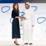 Die perfekte Kombination: Königin Rania zeigt sich in einem Plissee-Rock in Midi-Länge in Kombination mit einem samtigen Oberteilbeim Arab Social Media Influencers Summit in Dubai.