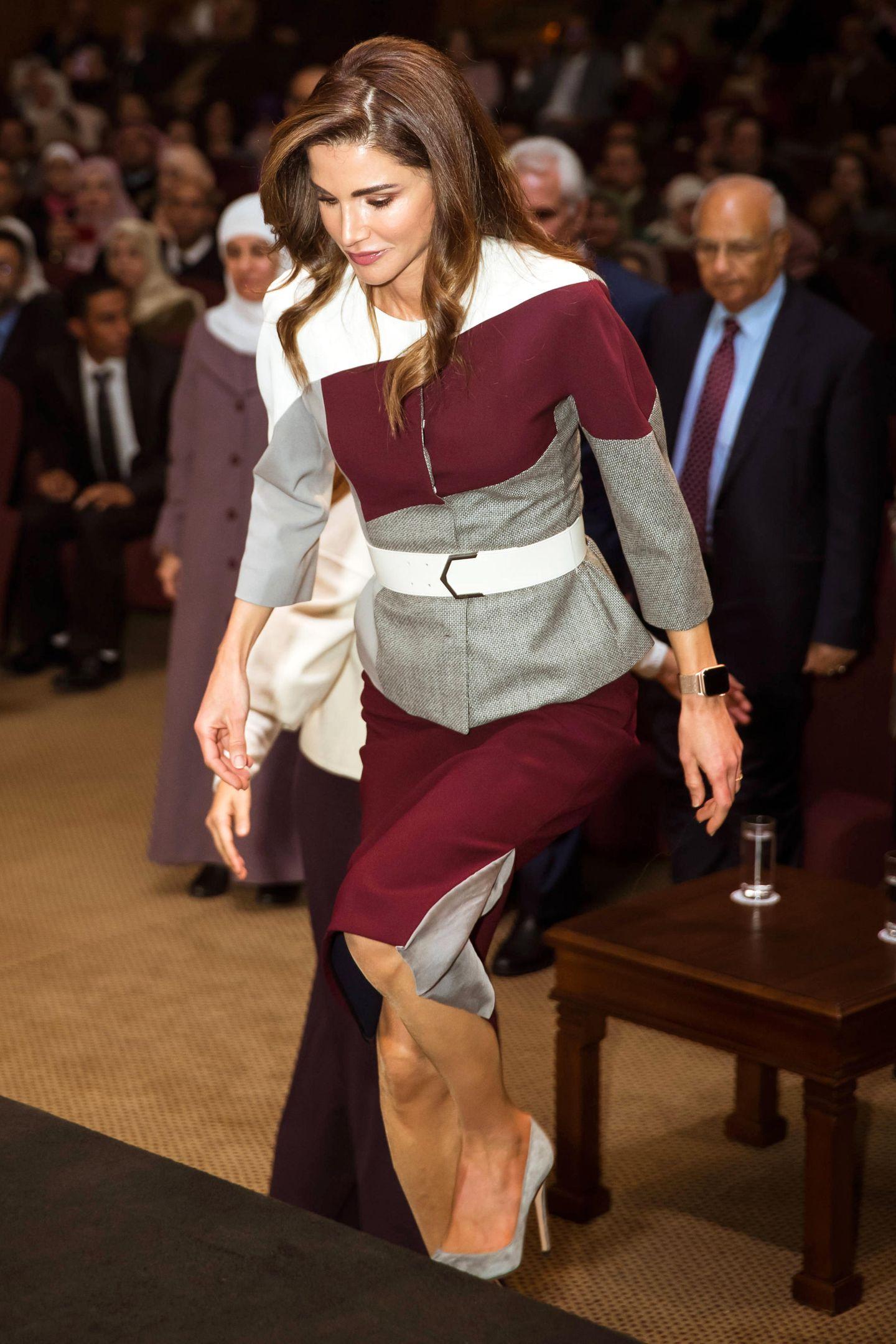 "Optische Täuschung: Königin Rania glänzt bei der Verleihung des ""The Queen Rania Award for Excellence in Education"" in einem Look, bei dem mal zweimal hinschauen muss."