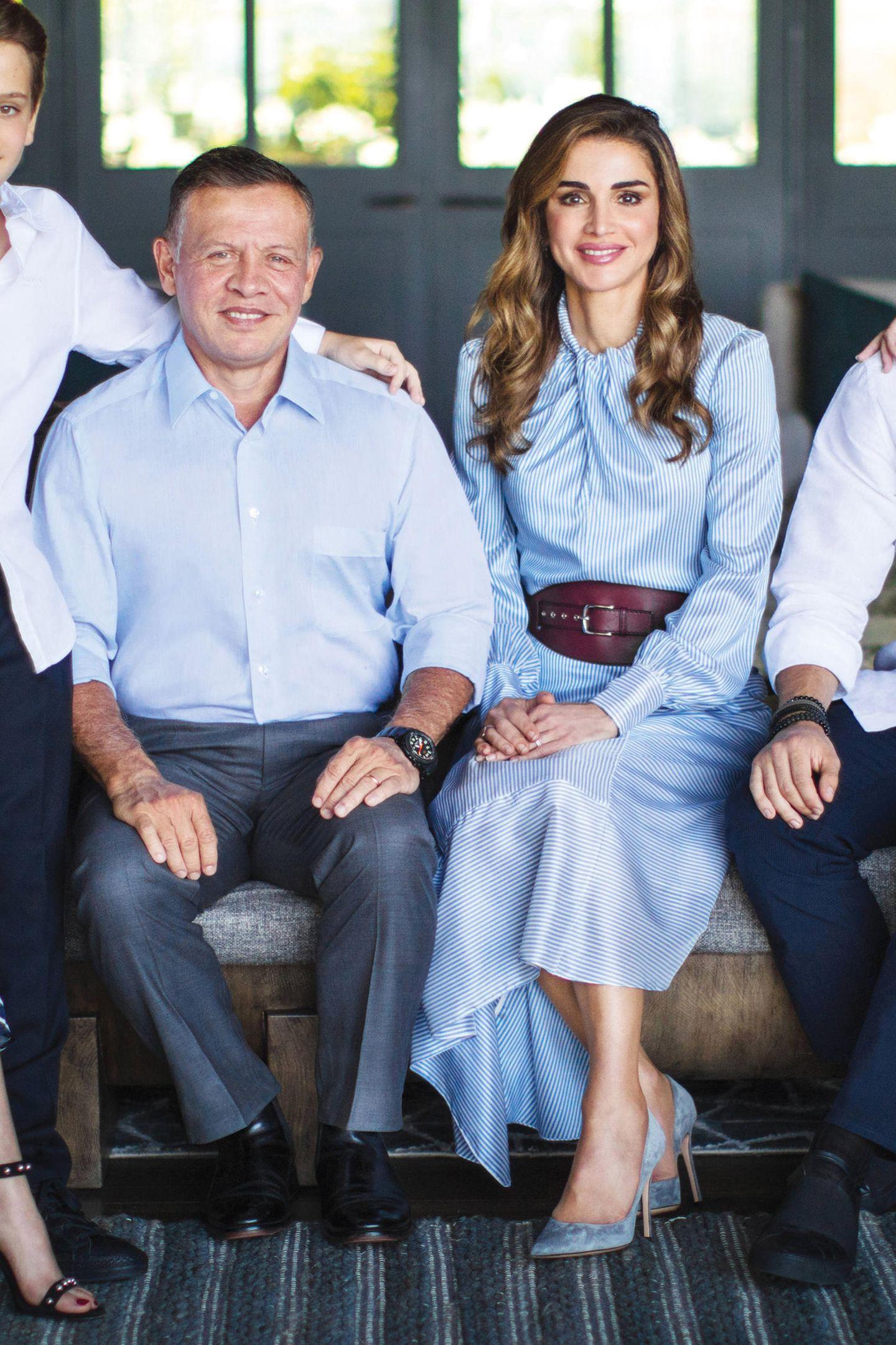 Gemeinsam mit ihrer Familie posiert Königin Rania für die Weihnachts- und Neujahrskarte der jordanischen Königsfamilie. Farblich perfekt aufeinander abgestimmt, überzeugen vor allem auch ihre Looks. Die stilsichere Rania sticht mit ihrem Look sogar ihre Töchter locker aus. In einem hellblauen Midi-Kleid mit auffälligem Taillengürtel, ist sie definitiv der absolute Hingucker.