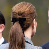 Denn wie auch auf diesem Foto, das bei einem späteren Auftritt von Kate entstanden ist, trägt Catherine zu ihrem bordeauxfarbenen Outfit eine Samtschleife im Haar. Da kann Meghan leider einpacken.