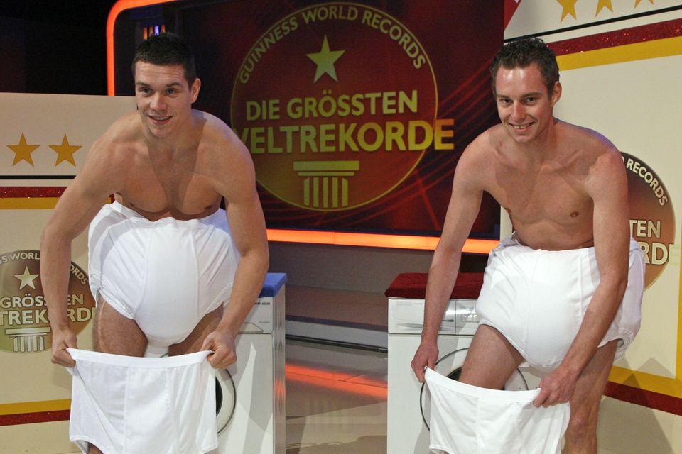 """Thomas Seitel in der RTL-Show """"Guinness World Records"""". Er schafft es, 82 Unterhosen in fünf Minuten anzuziehen und stellt damit einen Rekord auf."""