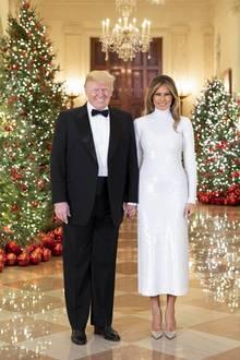 Obwohl Melania Trumps Kleid eine vornehme Midi-Länge hat und hochgeschlossen ist, wirkt ihr Look ziemlich sexy. Wie stilvoll dieses weiße Pailletten-Kleid jedoch ist, bleibt Geschmacksache.