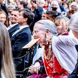 """23. Juni 2018  KöniginMargrethe zeigtbei der Neuauflage des Theaterstücks """"Der standhafte Zinnsoldat"""" vollen Körpereinsatz."""