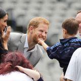 11. Juli 2018   Wie fühlt sich so ein roter Rauschebart eigentlich an, fragt sich der Junge und greift beherzt rein. Prinz Harry zeigt während seines Dublinbesuchs keine Berührungsängste.