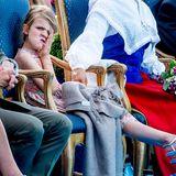 14. Juli 2018  Royale Bockigkeit: Die Schweden feiern Victoriatag auf Öland. Mama Victorias Geburtstag scheint Prinzessin Estelles Laune nicht zu heben, zumindest nicht in dem Moment der Aufnahme.