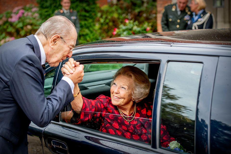 """29. August 2018  Am letzten Treffen der Stiftung """"Stichting Genootschap Engelandvaarders"""" in Hilversum überraschen Generalmajor Rudi Hemmes und Prinzessin Beatrix mit einer Begrüßung a' la """"Schlag ein alter!""""."""