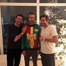 """""""Diese blöden A********** haben gesagt, es sei eine Pullover-Party!  Hugh Jackman und Jake Gyllenhaal sind mit dem kleinen Scherz zumindest auf ihre Kosten gekommen. Ryan Reynolds, gekleidet in einen wirklich überaus festlichen Ugly Christmas Sweater, sieht das etwasanders."""