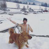 Bei eisigen Temperaturen lässt es sich Thore Schölermann nicht nehmen in Österreich baden zu gehen. Hund Rudi scheint dem Vorhaben seines Herrchens gegenüber skeptisch zu sein.