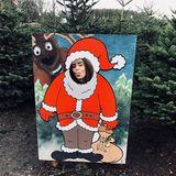 Noch hat Lily Collins ihren perfekten Weihnachtsbaum nicht gefunden. Bleibt also ein wenig Zeit Späßchen an der Fotostation zu treiben.