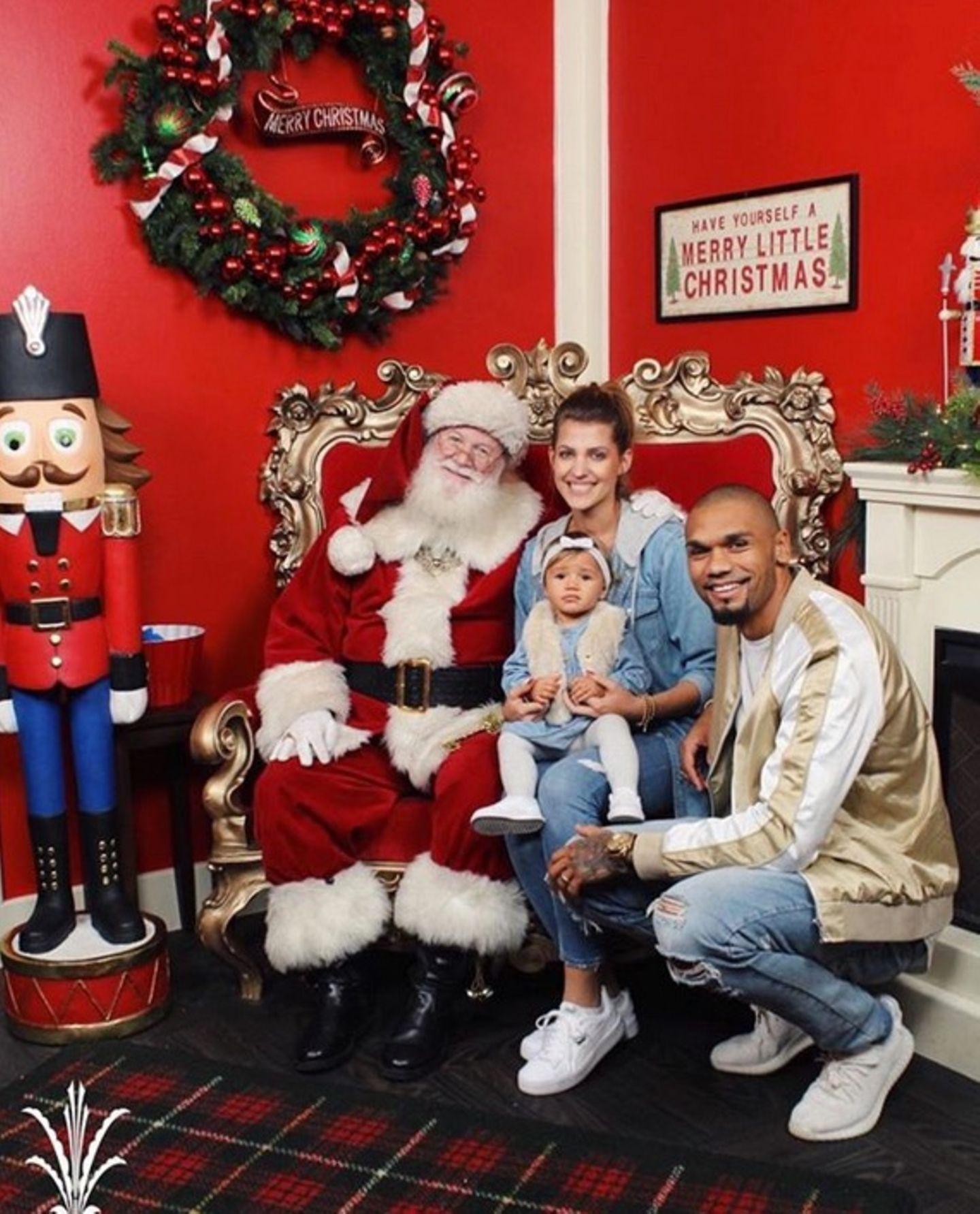 Der erste Besuch mit Mia Rose beim Weihnachtsmann läuft anders als erwartet. Die Kleine bricht auf dem Schoß von Santa in Tränen aus, so müssen Sarah und Dominic mit auf das Foto um ihre Tochter zu beruhigen.