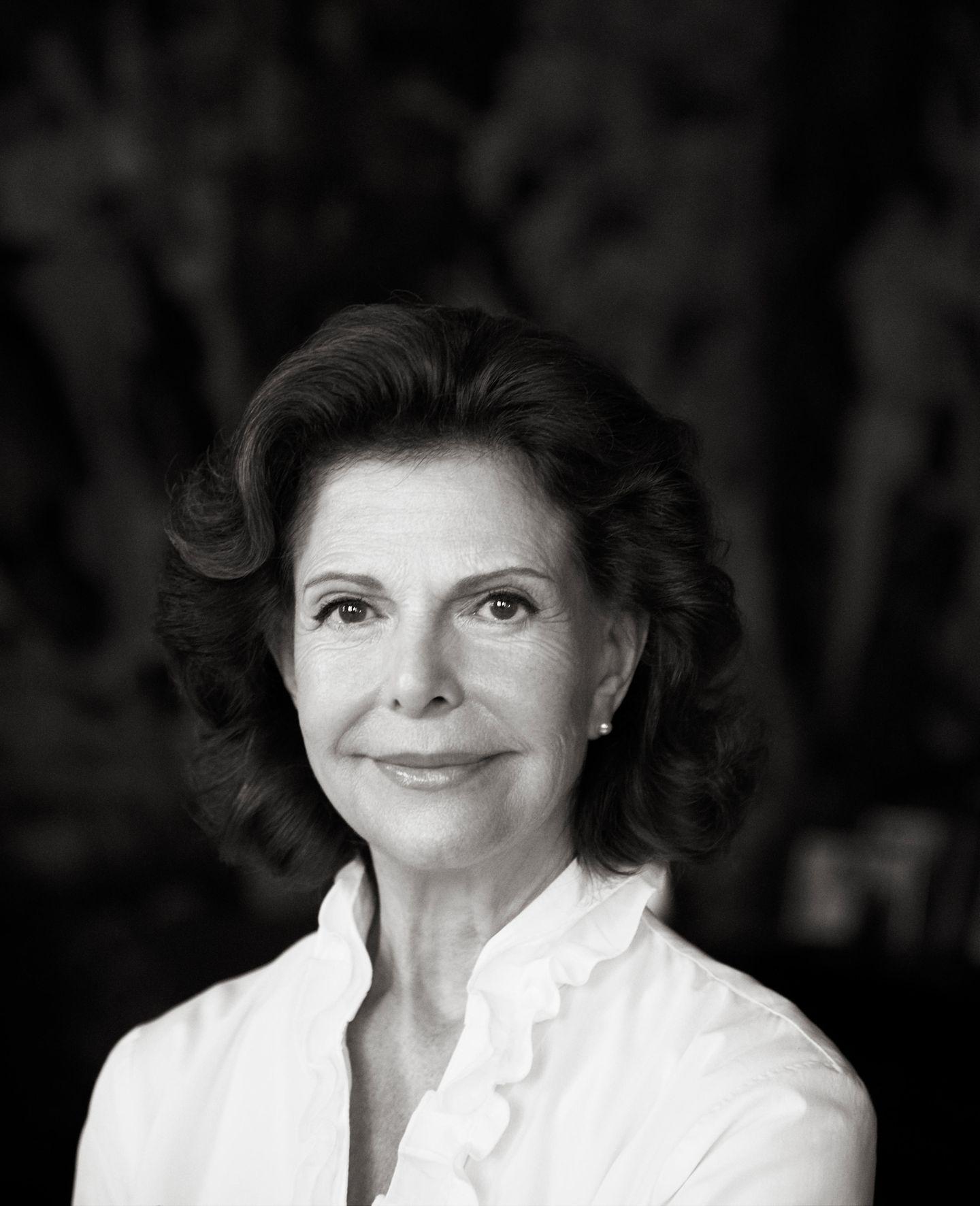 23. Dezember 2018  An ihrem 75. Geburtstag veröffentlicht der schwedische Hof dieses schöne Schwarz-Weiß-Porträt von Königin Silvia.