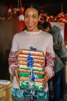 """Annabelle Mandeng und andere Prominente übergeben im Rahmen der """"Laughing Hearts Charity-Weihnachtsaktion"""" Geschenke an Berliner Heimkinder."""