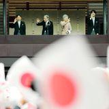 23. Dezember 2018  Am heutigen Sonntag feiert Kaiser Akihito seinen 85. Geburtstag. Zu dem besonderen Termin zeigtsich die ganze kaiserliche Familie, mit Kaiserin Michiko, Kronprinz Naruhito und seiner Frau Masako, sowie Prinz Akishino und Frau Kiko mit Tochter Mako auf dem Balkon des kaiserlichen Palastes und winkender wartenden Menge zu.