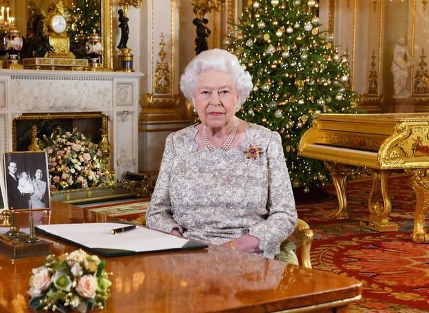 24. Dezember 2018  Einen Tag vorAusstrahlung der traditionellen Weihnachtsansprache von Queen Elizabeth veröffentlicht der Palast diesesfestliche Bild der Königin und verrät schon ein paar Details. Glaube, Familie und Freundschaft seien ihr immer eine Stütze gewesen, und Respekt füreinander, trotz aller Differenzen, sei essentiell. Da können wir ihr nur zustimmen. Merry Christmas!