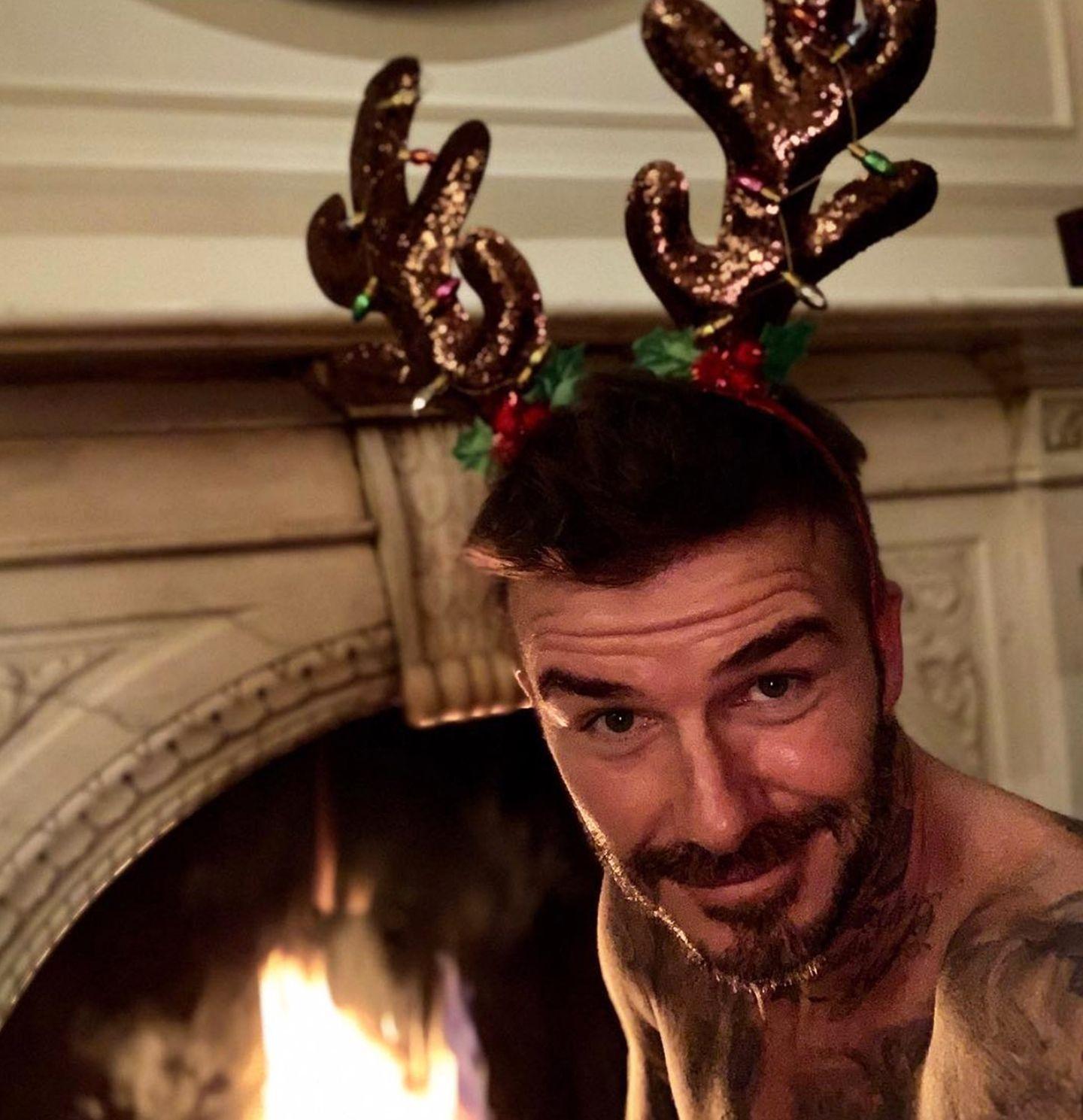 24. Dezember 2018  Hui, ein nackter David mit Kitschgeweih vorm Kamin? Über dieses Weihnachtsgeschenk dürfte sich Victoria Beckham aber freuen! Zumindest freuen sich seine fast 53 Millionen Instagram-Abonnenten darüber.