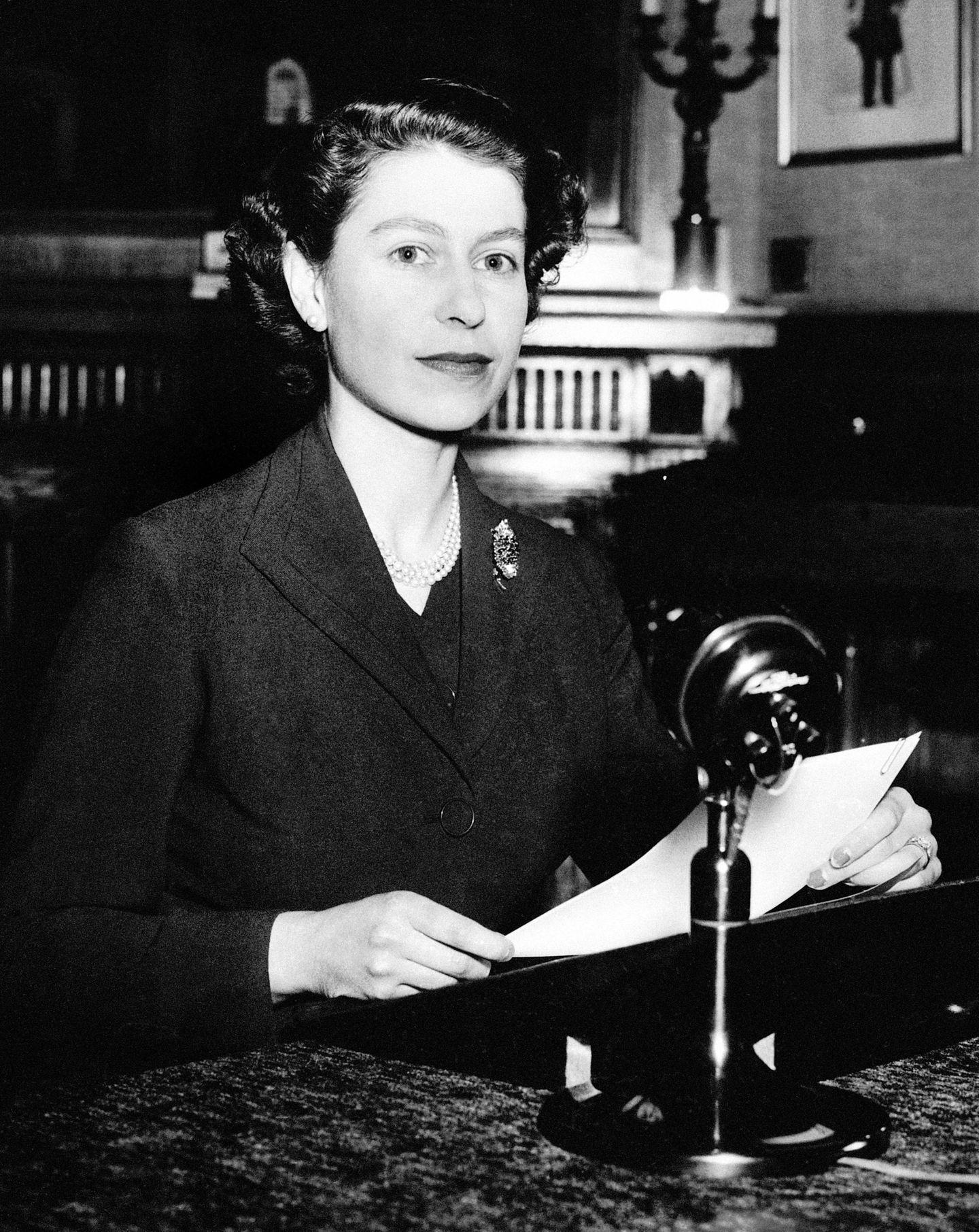 Während der ersten Weihnachtsanspracheder Queen 1952 war dasSchmuckstück aber nur auf dem Foto zu sehen, die Ansprachewurde damals lediglichim Radio ausgestrahlt.