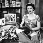 1957 konnten die Briten die Weihnachtsgrüße ihrer Königin dann endlich auch im Fernsehen verfolgen, und damit auch die Perlenkette sehen, die übrigens ein Geschenk ihres Großvaters König George V. war.