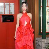 """Bei der Netflix-Premiere von """"Bird Box"""" in New York zeigt sich Sandra Bullock im roten Neckholder-Kleid von Martin Grant schon mal im richtig weihnachtlichen Geschenke-Look."""
