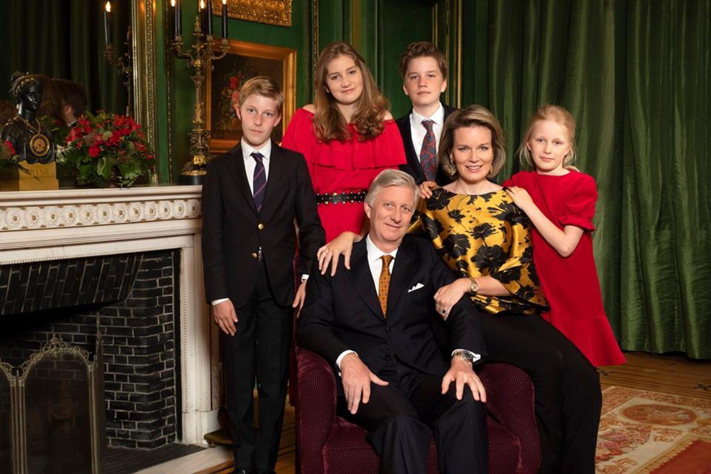 24. Dezember 2018  Belgien ist in festlicher Stimmung. Das Königspaar zeigt sich auf einem offiziellen Foto mit den Kindern PrinzGabriel, Prinzessin Elisabeth, Prinz Emmanuel undPrinzessin Eléonore in weihnachtlicher Robe. Die Familie wünscht frohe Weihnachten!