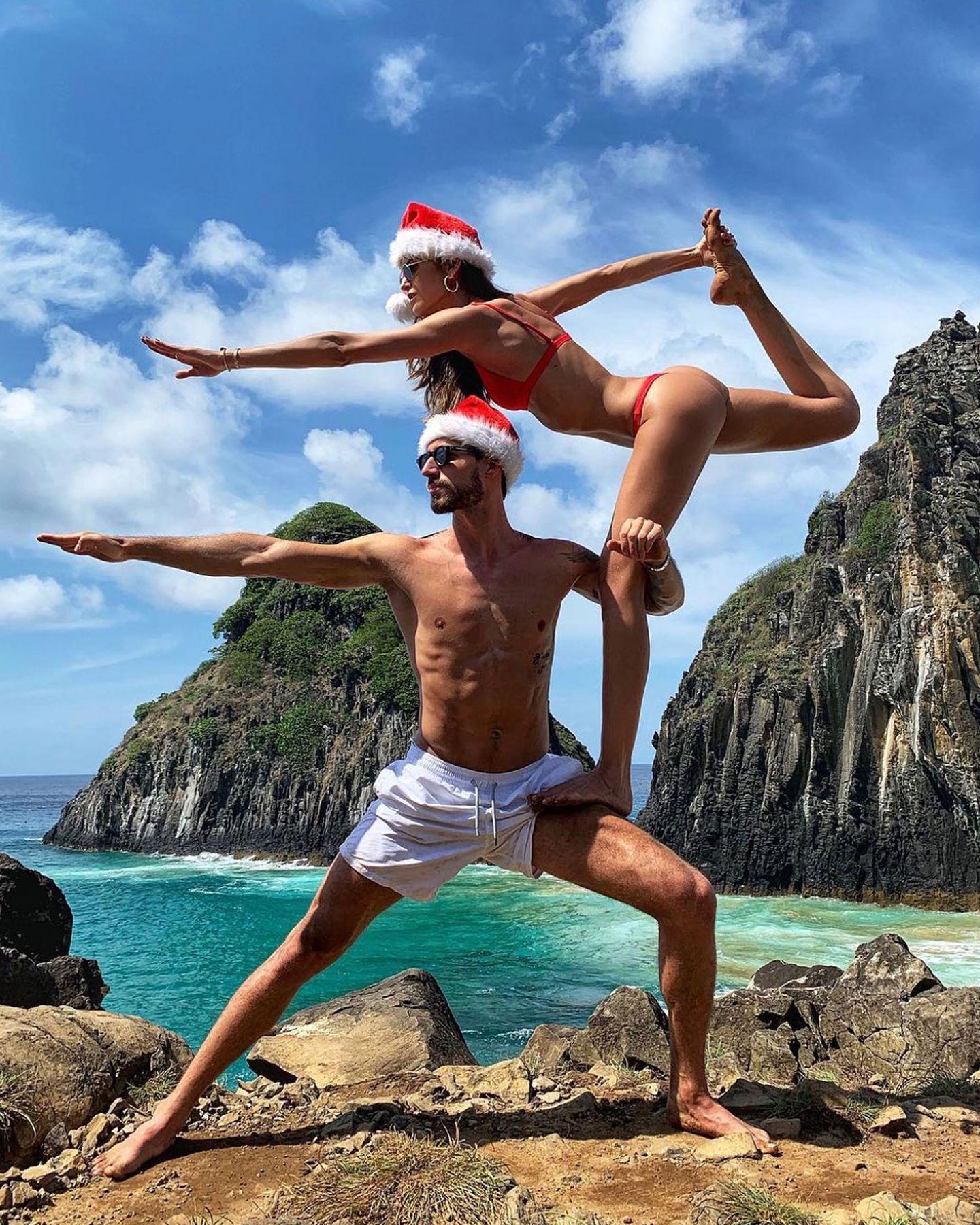 Feliz Natal! Einen ganz besonders akrobatischen Weihnachtsgruß schicken Kevin Trapp und Izabel Goulart ihren Instagram-Fans. Die beiden verbringen ihre Feiertage auf der brasilianischen Inselgruppe Fernando de Noronha.