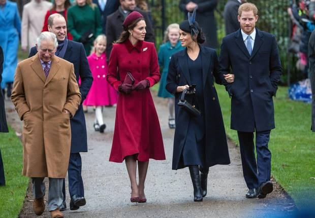 Ganz einträchtig schreiten Herzogin Catherine und Herzogin Meghan mit ihren Prinzen und Schwiegervater Charles RichtungSt.-Mary-Magdalene-Kirche zum traditionellen Weihnachtsgottesdienst in Sandringham. Jede in ihrem ganz eigenen Look!
