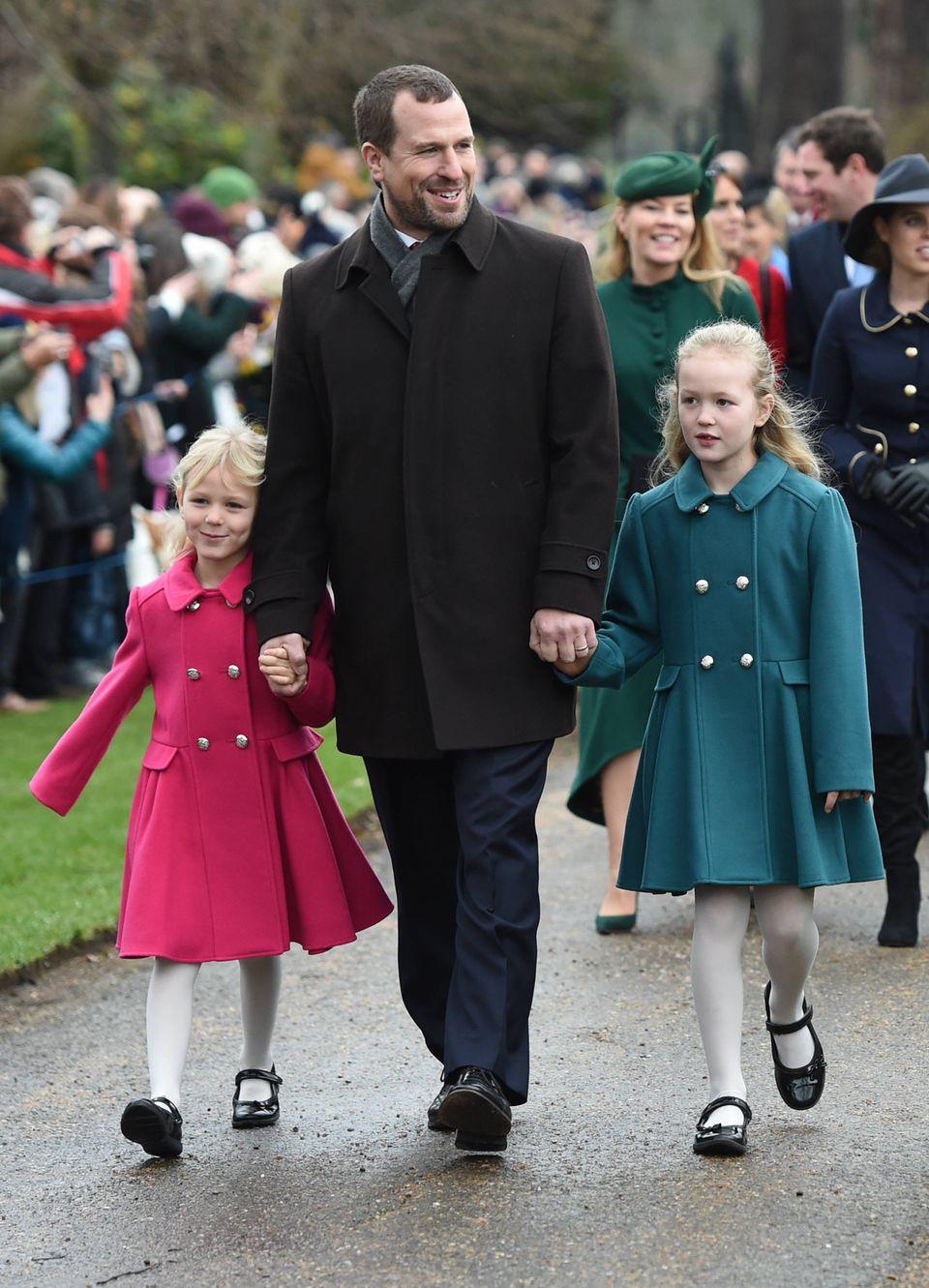 Peter Phillips führt gut gelaunt seine süßen Töchter Isla und Savannah in die Kirche.