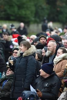 Und wie jedes Jahr trifft sich nicht nur die Königsfamilie, sondern auch jedeMenge royale Fans und Schaulustige, die einen Blick auf Prinz William, Catherine, Meghan und Co. werfen wollen. Die Stimmung ist dabei ausgelassen und feierlich.