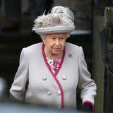 Queen Elizabeth, dieses Mal in hellem Grau ist als royales Familienoberhaupt wie immer die wichtigste Person. Prinz Philip hat sie in diesem Jahr aber leider nicht begleitet.