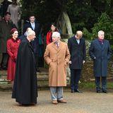 Die Royal Familywartet vor der Kirche auf die Queen.