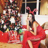 Nicht nur Alessandra Ambrosio ist im roten Weihnachtslook ein echter Hingucker, sondern auch ihr überbordend geschmückter Baum.