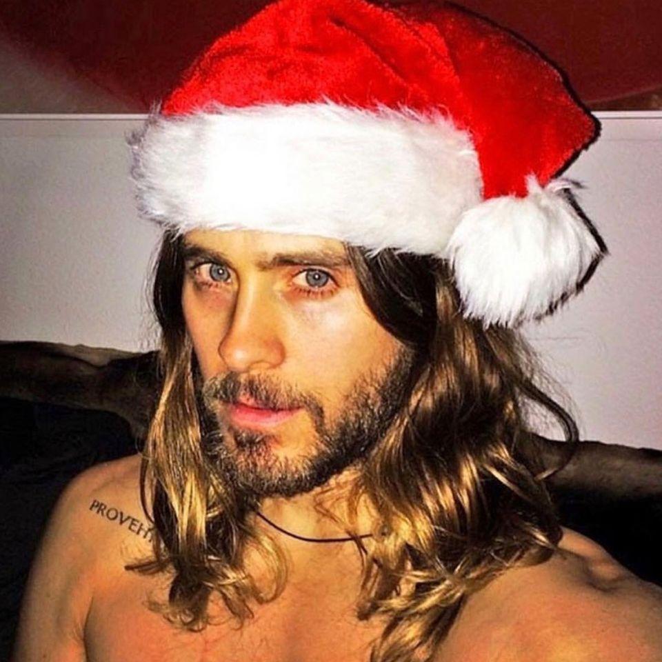 Sexy Santa! Jared Leto lässt die Herzen seiner Instagram-Follower mit diesem Weihnachtsgruß höher schlagen.