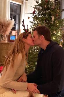 Küsse unterm Weihnachtsbaum: Gisele Bündchen und Tom Brady schicken uns diesen ganz intimen Einblick in ihre privaten Weihnachtsfeierlichkeiten.