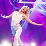 Im weißen Body und weißer Jeans zeigt dieSchlagerkönigin wieanmutig und doch sportlichsie ist.
