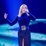 Auch ein Helene-Style ganz in Schwarz ist auf der Showbühnezu sehen. Mit dem mittig hochgeschlitzen Rock und dem breiten Ledergürtel, wird selbst der hochgeschlossene Rollkragen-Look noch richtig sexy.