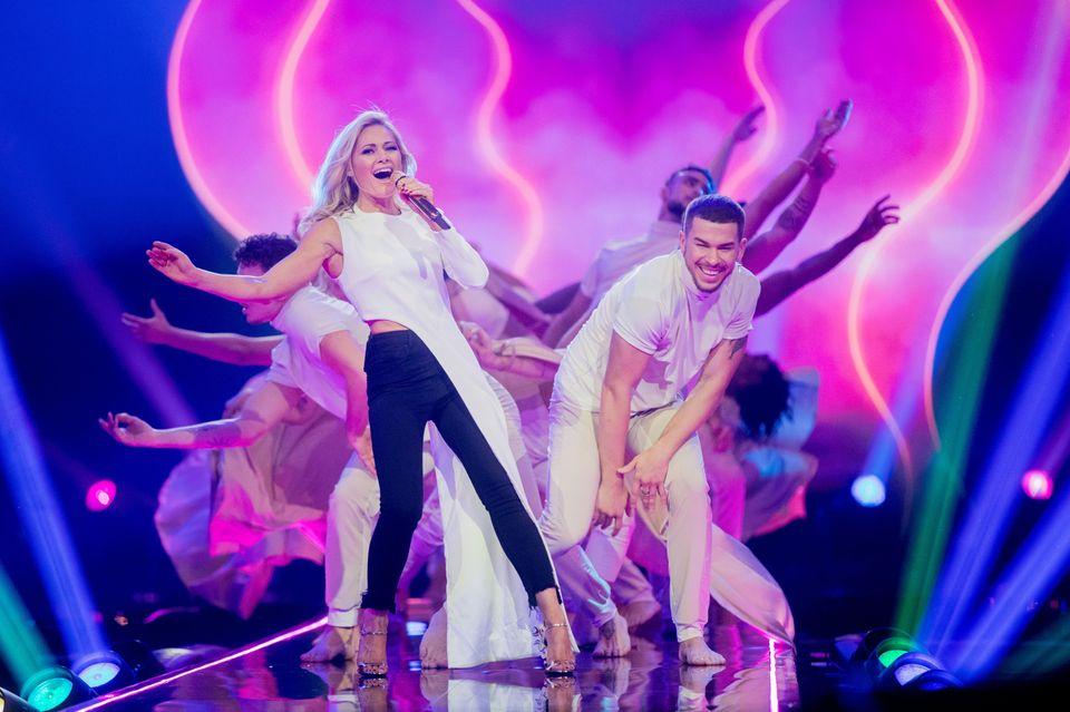 Selbst im asymmetrisch langen Halbkleid mit Jeans und Stilettos kann Helene zusammen mit ihren Tänzern eine tolle Performance auf der Bühne zeigen.