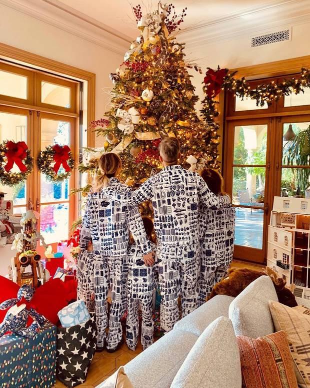 25. Dezember 2018  Ayda, Robbie und die Kids schicken ihren Instagram-Fans diese bezaubernden Feiertagsgrüße. Nicht nur ihr Baum ist erstaunlich geschmückt, auch ihr Familien-Style mit Pyjamas im Partnerlook macht was her!