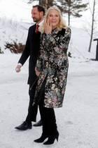 25. Dezember 2018  Hoch im Norden liegt natürlich zu Weihnachten Schnee. Prinzessin Mette-Marit, hier mit Haakon auf dem Weg zum Weihnachtsgottesdient in der Holmenkollen-Kapelle in Oslo hält das aber nicht davon ab, im frühlingshaftem Blumen-Look gute Laune zu verbreiten.