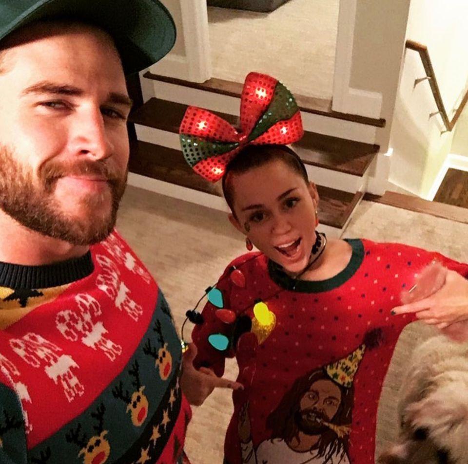 Dezember 2016  Miley und Liam wünschen ihren Fans und Followern frohe Weihnachten.